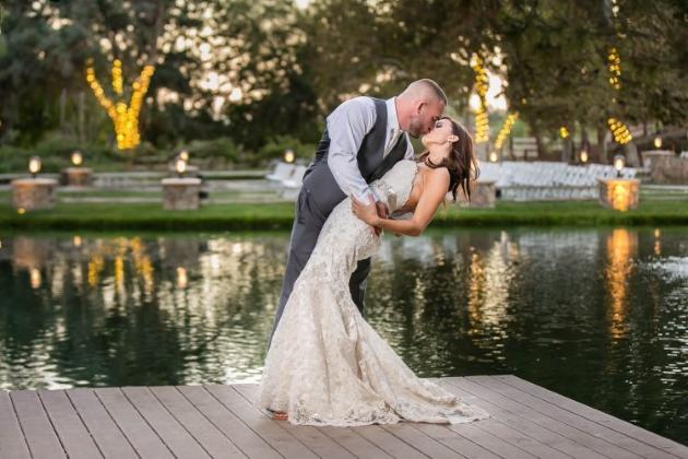 Свадьба на берегу водоема