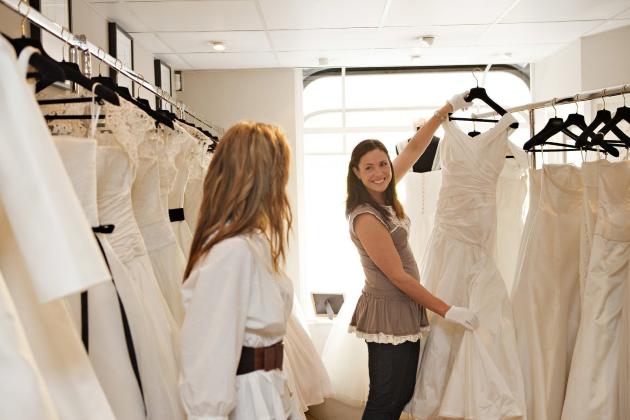 Девушка выбирает свадебное платье